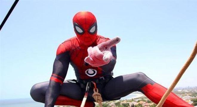 Antes do tradicional bloco sair, performance do Homem-Aranha prende a atenção dos foliões na Caixa d'água da Compesa