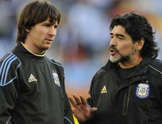 Antes mesmo de encerrar sua carreira de jogador, Maradona treinou duas equipes argentinas: Textil Mandiyú, em 1944, e o Racing, em 1995