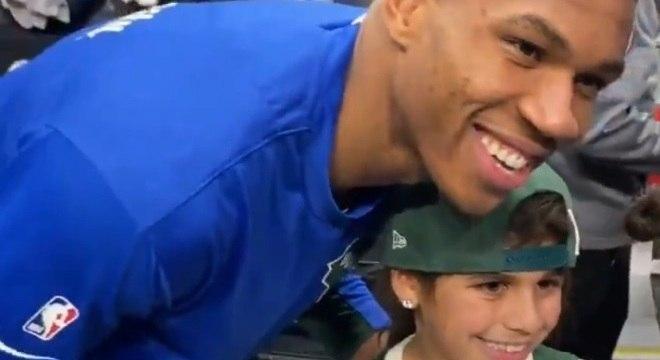 Antetokounmpo fez a alegria de pequena garota após jogo dos Bucks