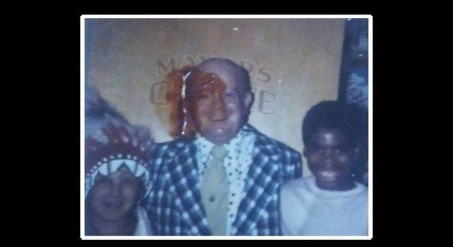 Anthony (à direita), aos 11 anos, com um amigo de infância