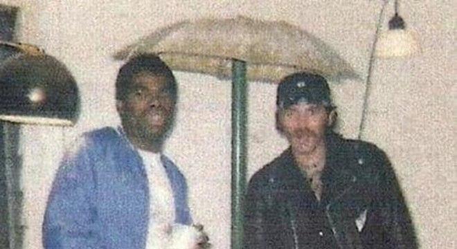 Anthony Brown (à esquerda), aos 30 anos, com um amigo