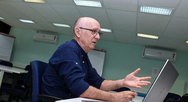 Ademir José Petenate, do Instituto de Estatística e Matemática e Computação Científica