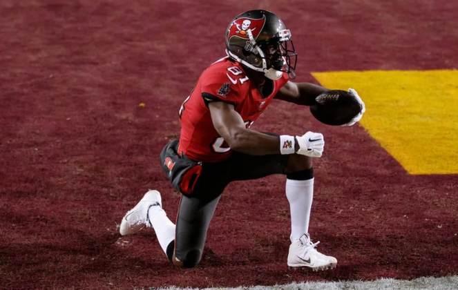 Antonio Brown: O wide receiver, recentemente campeão do Super Bowl com os Bucs, se defenderá na justiça, em dezembro deste ano, de acusações de assédio sexual e estupro, feitas por uma preparadora física contratada por ele. O jogador também enfrentou no passado acusação de destruição de um apartamento.