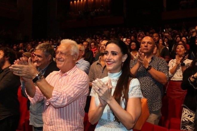O musical A Cor Púrpura estreou para convidados, na noite de segunda-feira (9), na Cidade das Artes, no Rio de Janeiro. Muitos famosos curtiram a importante peça na capital carioca