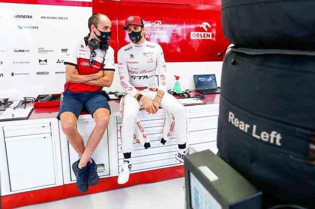 Antonio Giovinazzi conversa com o engenheiro antes de entrar na pista