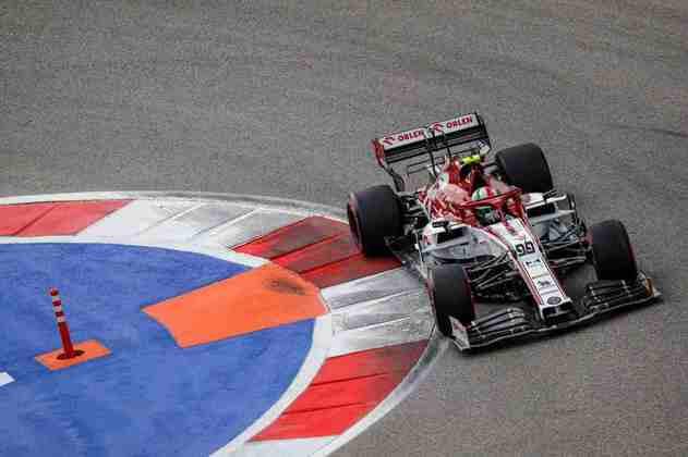 Antonio Giovinazzi em ação na classificação disputada no circuito russo