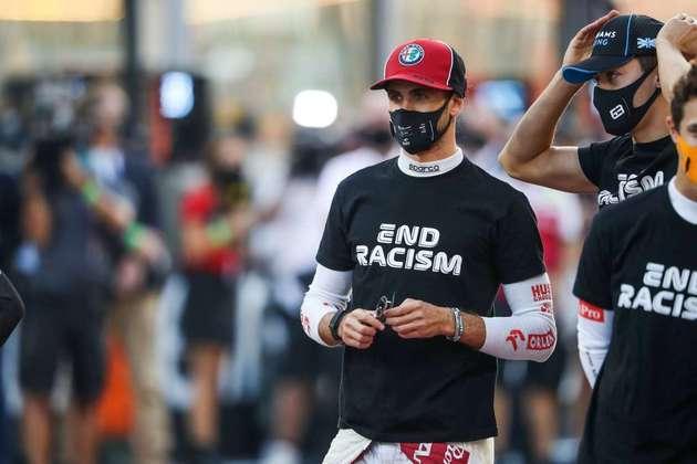 Antonio Giovinazzi veste camisa antirracista antes da corrida.