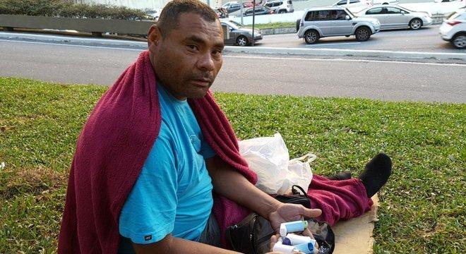 A constante escolha por não dormir num albergue causou diversas doenças respiratórias em Antonio Leandro da Silva, que mostra seus remédios