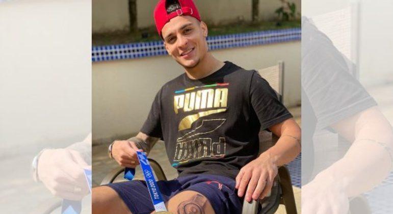 Antony tatuou na coxa a medalha de ouro que conseguiu em Tóquio. Convocação merecida