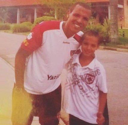Antony chegou ao CFA de Cotia aos 11 anos, época em que tirou esta foto com Luis Fabiano.