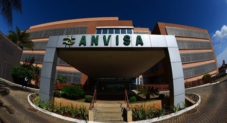 """Deputado diz que Anvisa não está """"nem aí"""" para  pandemia"""