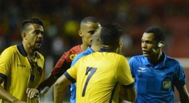 Ao anular e depois validar o gol de Hernane na última terça-feira (4), árbitro José Woshington violou a 5ª regra do futebol