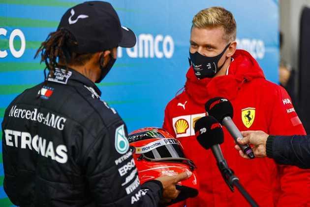 Ao igualar número de vitórias de Michael Schumacher, recebeu um capacete das mãos de Mick, filho do heptacampeão