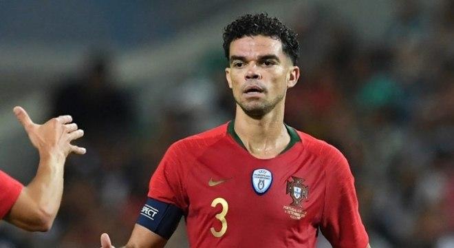Ao lado de Cristiano Ronaldo, o zagueiro Pepe é um dos jogadores mais experientes de Portugal na atualidade. São 105 partidas completadas, além da conquista da Eurocopa, em 2016. (Reprodução)