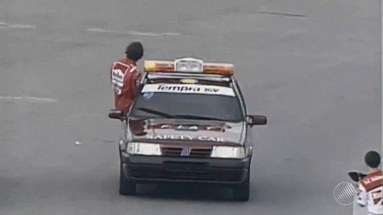 Ao longo dos anos, os carros mudaram. No GP do Brasil de 1993, um Fiat Tempra entrou durante a tempestade e carregou Ayrton Senna para o pódio