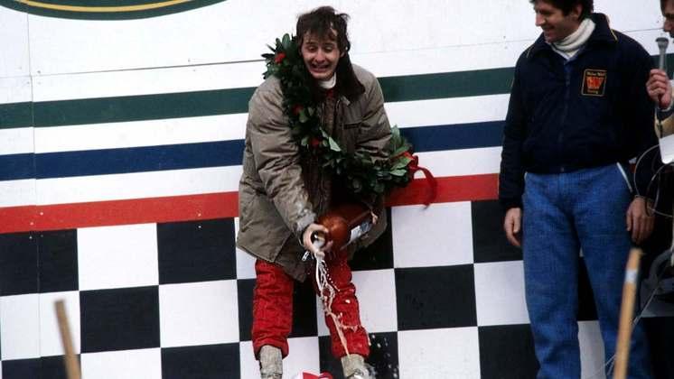 Ao vencer o GP do Canadá de 1978, Gilles Villeneuve fez a famosa comemoração de jogar bebida em quem acompanhava o pódio, com a diferença que era uma grande garrafa de cerveja.