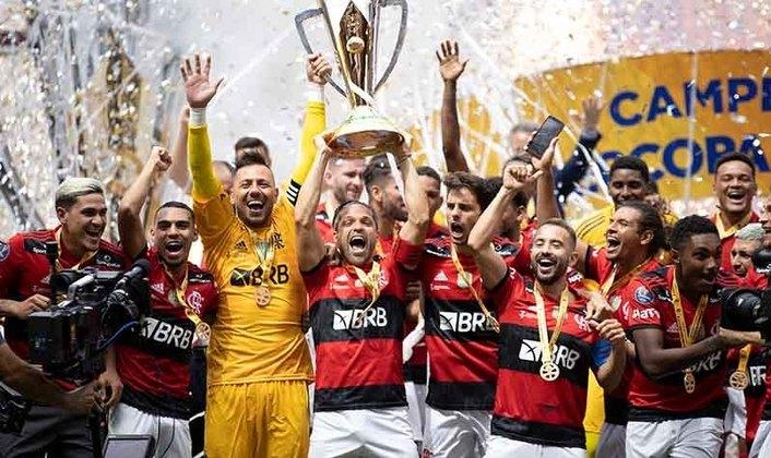 Ao vencer o Palmeiras, nos pênaltis, e conquistar o bi da Supercopa do Brasil, o Flamengo chegou aos 14 títulos nacionais. De quebra, o Rubro-Negro encostou no rival paulista, que, com 15 troféus, é o maior campeão nacional. Relembre as conquistas do clube da Gávea nesta galeria