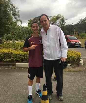 Aos 16 anos, aproveitou uma visita de Rogério Ceni ao CT da base e tietou mais um ídolo. Na época, já era tratado como promessa do clube.