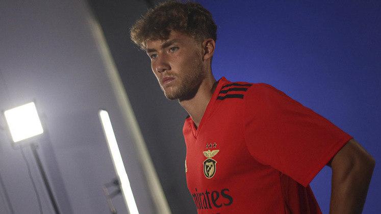 Aos 24 anos, o atacante Luca Waldschmidt chega ao Benfica após se destacar por clubes como FReiburg e Hamburgo. Ele foi revelado pelo Eintracht Frankfurt.