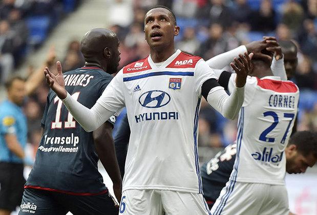 Aos 33 anos, Marcelo lidera a zaga do Lyon. O jogador tem vasta experiência no futebol europeu e é ídolo da torcida. Foi revelado no Santos.