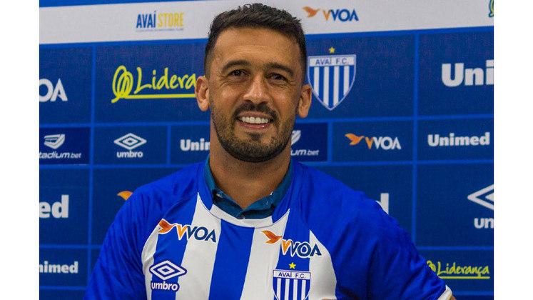 Aos 34 anos e com passagens por Cruzeiro, Botafogo, Internacional e Chapecoense, CAMILO hoje é uma das esperanças da Ponte Preta na Série B.