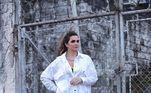 Em mais um look moderninho, Luiza apostou em uma camisa branca e uma bota preta de cano alto, no maior estilo fashionista