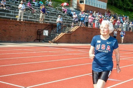 Corredora Julia Hawkins, de 103 anos, já quebrou recordes