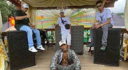 Dj Duarte, TJ TN Beat, DJ TS atrás e MC Trope à frente