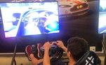 Até mesmo nos esportes eletrônicos ele não deixa de aproveitar a adrenalina em um simulador