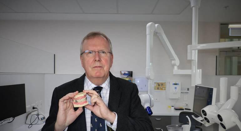 O professor Paul Brunton defendeu aparelho após críticas