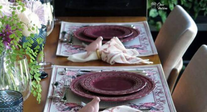 aparelhos da mesa de jantar também podem ser de cor marsala