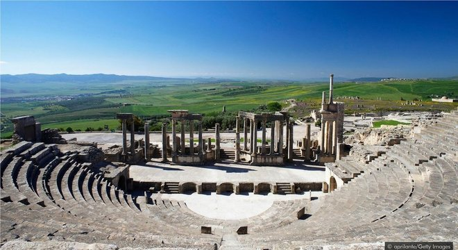 Apenas duas horas de carro a sudoeste de Túnis, os restos antigos de Dougga estão surpreendentemente completos
