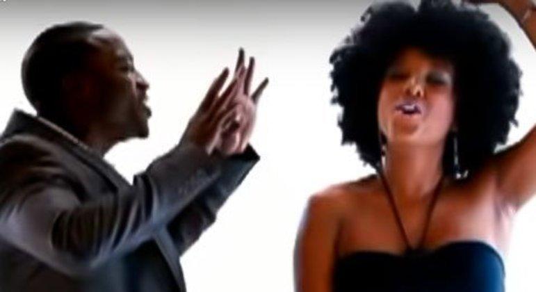 Apesar da quantidade ter aumentado recentemente, o feat é algo já feito há muitos anos. Em 2009, Akon e Negra Li fizeram uma parceria em uma