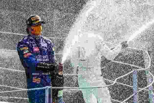 Apesar da vitória perdida, Carlos Sainz comemorou muito o segundo lugar na Itália
