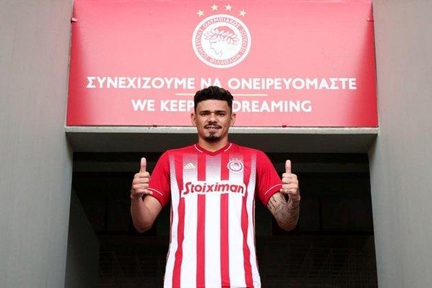 Apesar de outras propostas, o atacante Tiquinho Soares acabou escolhendo vestir a camisa do atual campeão grego, o Olympiacos. O vínculo foi assinado por três anos, até junho de 2024.
