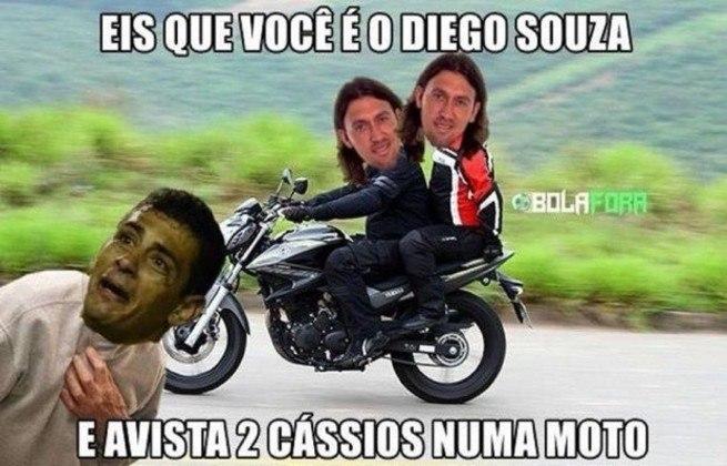 Apesar do 0 a 0 na Arena do Grêmio, torcedores do Corinthians tiveram motivo para tirar onda com Diego Souza. O jogador parou de novo em Cássio, cobrando um pênalti para fora, e memes rapidamente bombaram nas redes sociais.
