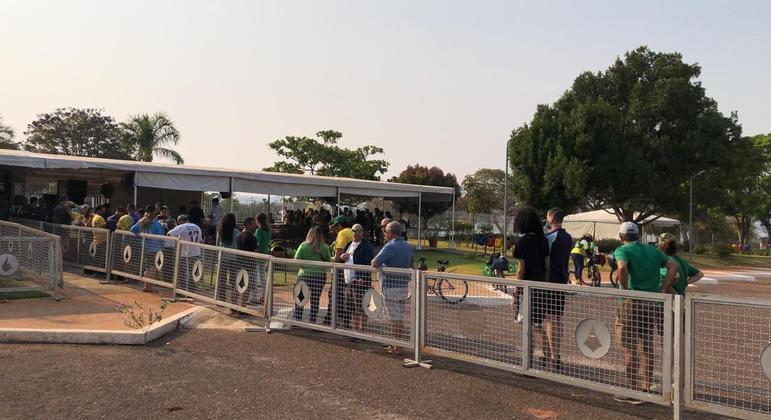 Apoiadores de Bolsonaro em fila para visitar o Palácio da Alvorada, em Brasília