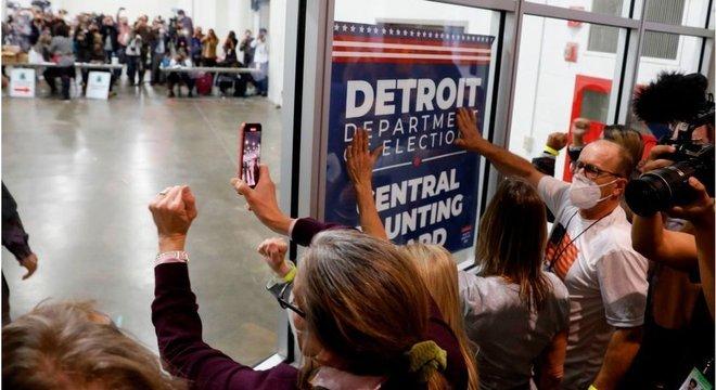 Apoiadores de Trump pressionam contagem de votos em Michigan
