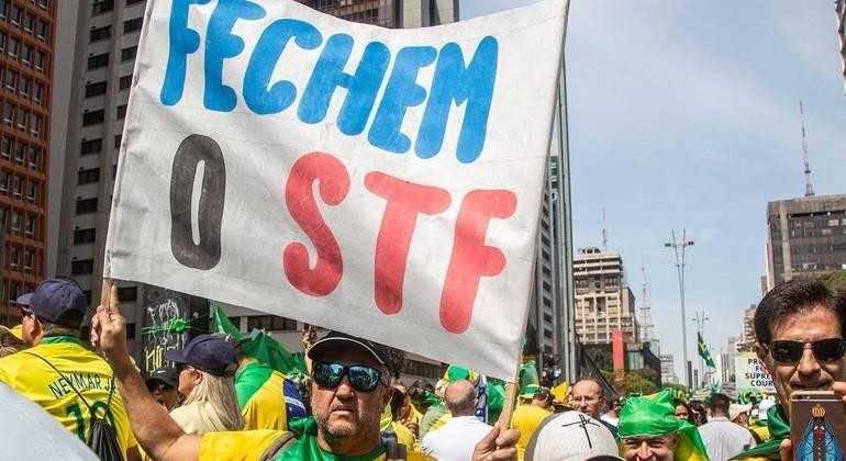 Apoiadores de Bolsonaro (sem partido) na avenida Paulista pedem fechamento do STF