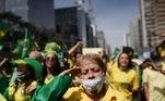 Apoiadores do presidente Jair Bolsonaro na Avenida Paulista, em SP; mulher bate continência