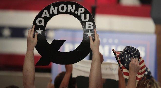 Apoiadores do QAnon trazem faixas e bandeiras para manifestações em apoio ao presidente Trump
