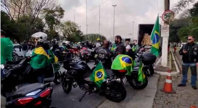 Apoiadores se concentram para ato de motociclistas em São Paulo