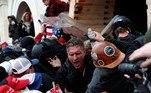 Os manifestantes romperam as barricadas de segurança no momento em que os parlamentares norte-americanos debatiam a certificação da vitória eleitoral de Biden