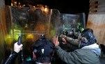Um pequeno grupo de protestantes quebrou janelas do prédio do Congresso eentrou em confronto com a polícia