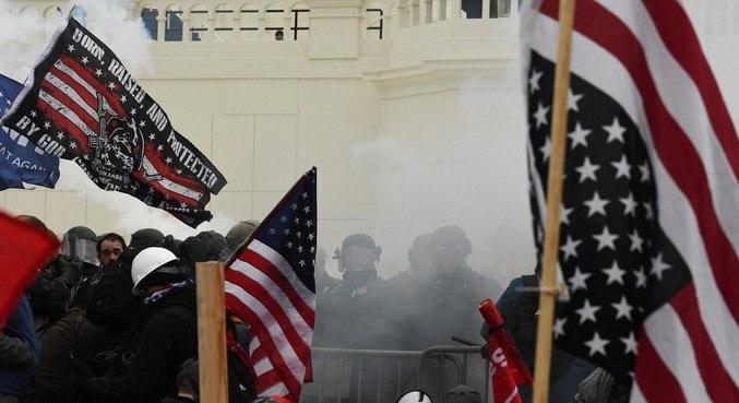 Policiais e homens da Guarda Nacional enfrentam invasores no Capiólio