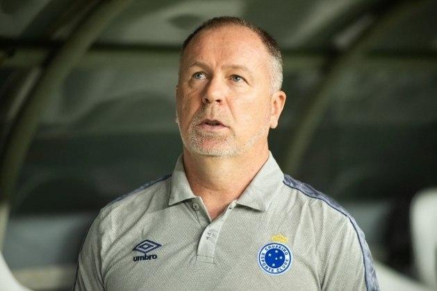 Após a Copa América, o Cruzeiro foi eliminado da Libertadores pelo River Plate e da Copa do Brasil pelo Internacional. A campanha no Brasileirão era ruim desde o começo e acabou terminando com a demissão do treinador Mano Menezes