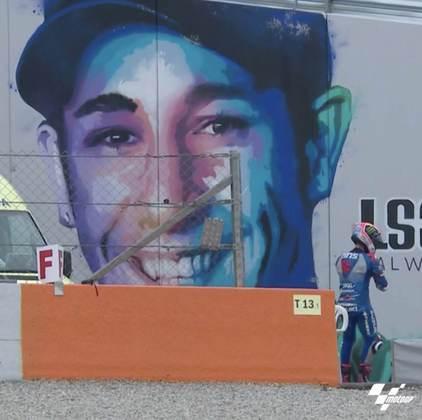 Após a corrida, Rins foi até o painel de Luis Salom, piloto que morreu no circuito em 2016