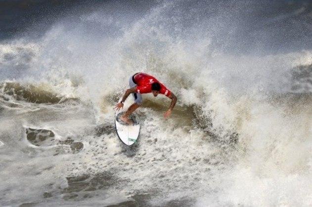"""Após a eliminação do surfista Gabriel Medina ter sido alvo de comentários e críticas à arbitragem, o japonês Kanoa Igarashi, que eliminou o brasileiro, se pronunciou nas redes sociais, ironizando as reclamações de sua vitória.  """"Bla bla bla"""" e """"Chora chora q tou feliz! Hehehehe"""", publicou o atleta, em português."""