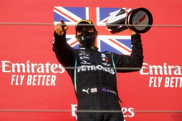 Após acertar na estratégia e contar com o safety-car na pista, Hamilton venceu pela primeira vez em Ímola