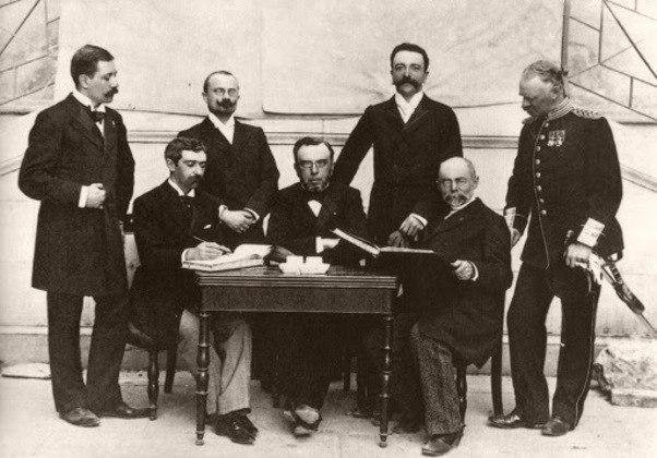 Após angariar apoios, o Barão fundou o Comitê Olímpico Internacional em 23 de junho de 1894. O ato foi na universidade de Sorbonne, em Paris, na presença de delegados de nove países.